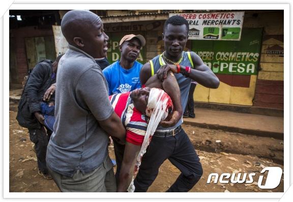 꾸미기_3-2 케냐 수도 나이로비 슬럼가에서 선거 결과에 항의하던 중 경찰에 의해 부상한 남성(AFP,뉴스1).jpg