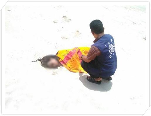 꾸미기_2-1 국제이주기구 활동가가 소말리아 출신 희생자 시신을 수습하고 있는 모습(국제이주기구 누리집).jpg