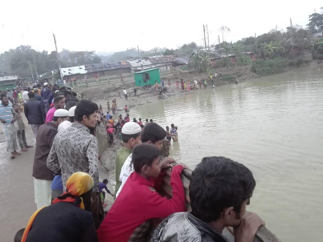 강수로 물이 찬 저수지를 바라보는 주민들.jpeg