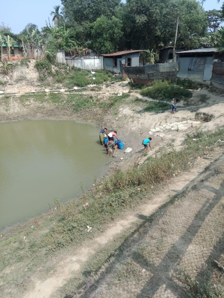 오염된 물을 사용하는 주민들.jpeg