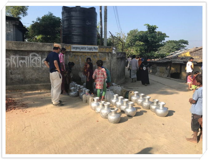 _4 나야빠라 난민캠프에서 정수된 물이 공급되기를 기다리는 모습.JPG