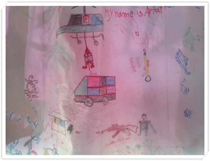 _6 아이가 그린 그림속 헬기와 군인, 죽는 사람들의 모습.JPG