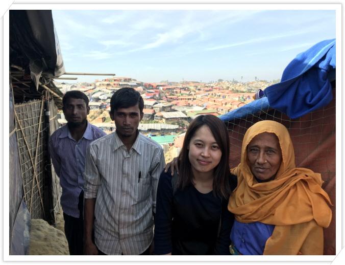 _발루깔리 난민촌 가족분들과.jpg