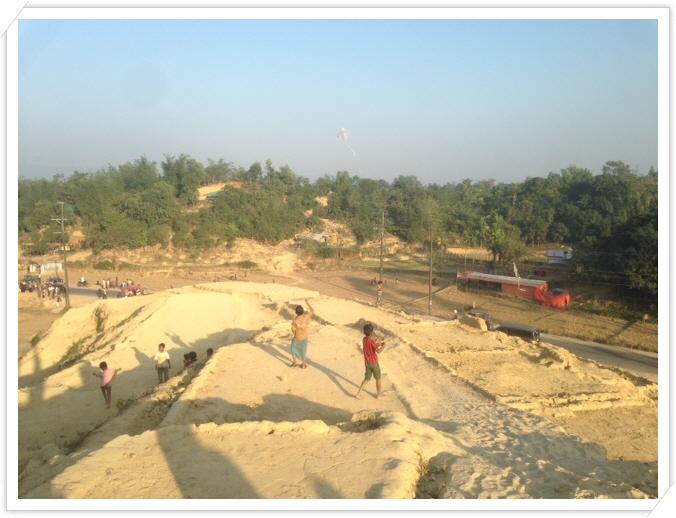 _8. 발루깔리 캠프에서 연을 날리는 아이들.JPG