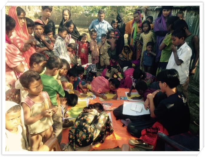 _2. 나야빠라에서 아이들에게 함께 그림그리자는 이야기를 하는 모즈누.JPG