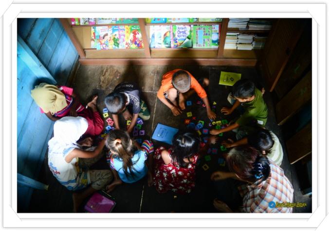 꾸미기_belajar mengenal huruf dengan bermain pazel di perpustakaan.jpg