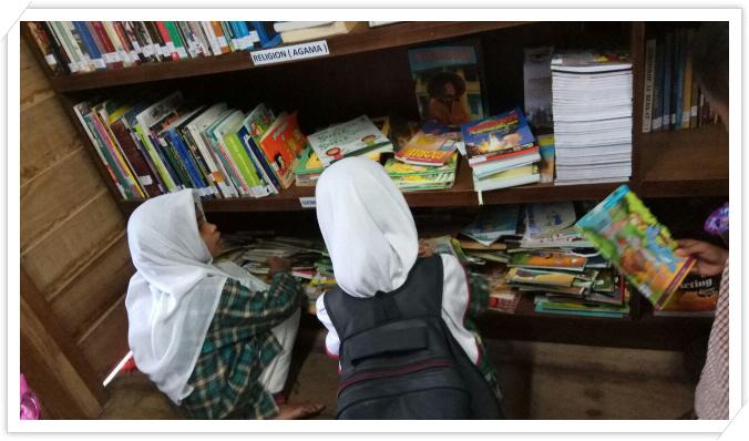 [꾸미기]수업을 기다리면서 독서할 책을 찾고 있는 어린이.jpg