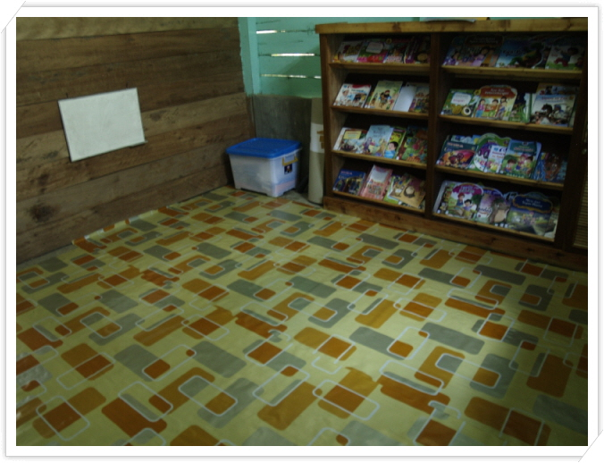 꾸미기_새로 바닥을 깐 도서관.JPG