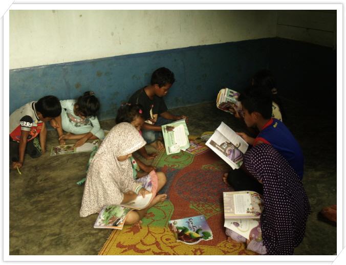 꾸미기_도서관에서 책 읽는 아이들.JPG