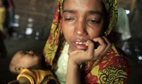 seorang-wanita-pengungsi-rohingya-menangis-sambil-menggendong-bayinya-_120705172249-812.JPG