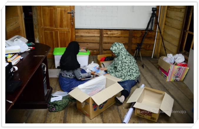 꾸미기_anggota sedang packing barang-barang untuk berangkat ke Pulo Aceh besokk.jpg