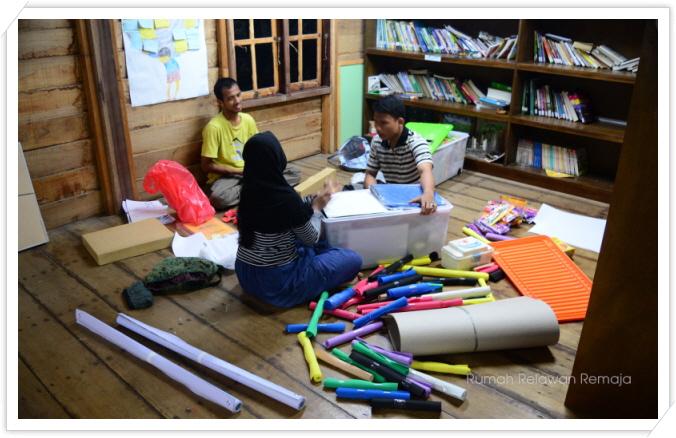 꾸미기_anggota sedang packing barang-barang untuk berangkat ke Pulo Aceh besok.jpg