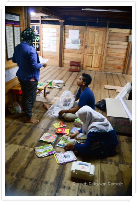 꾸미기_anggota sedang packing barang-barang untuk berangkat ke Pulo Aceh besokkk.jpg