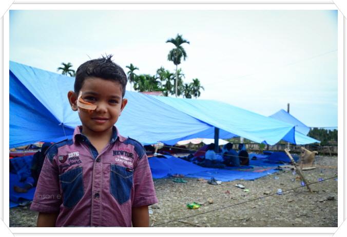 꾸미기_azis - umur 5 tahun. salah satu korban gempa yang sekarang masih tingal di lokasi pengungsian desa Cubo.jpg