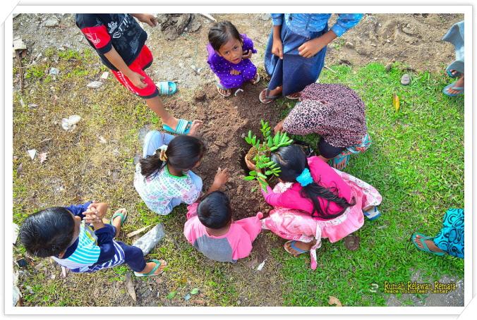 _아이들과 함께 과일 나무 심기.jpg