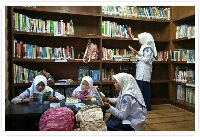 꾸미기_3R 도서관 찾는 학생들.jpg