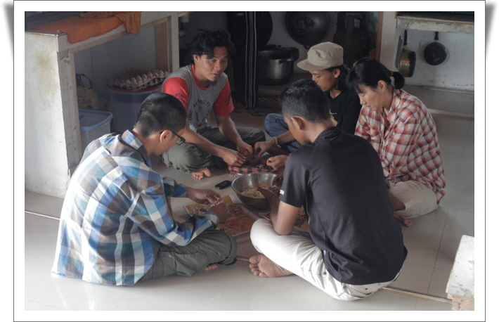꾸미기_13R 0125 4 함께 식사준비 하는 모습.jpg